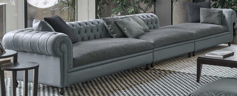 divano grigio con chaise longue