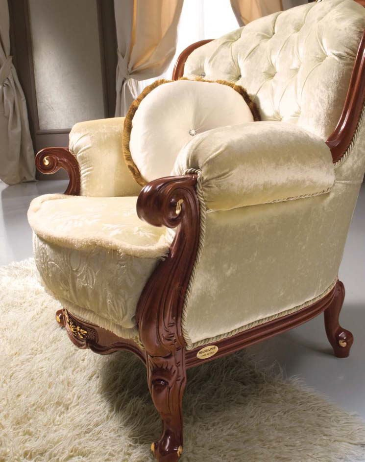 poltrona con fusto in legno intaglaito a mano e tappezzeria in velluto mobilificio torino e rivoli