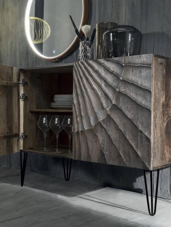 dettaglio madia etnica legno massello piedi in metallo mobilificio torino e rivoli